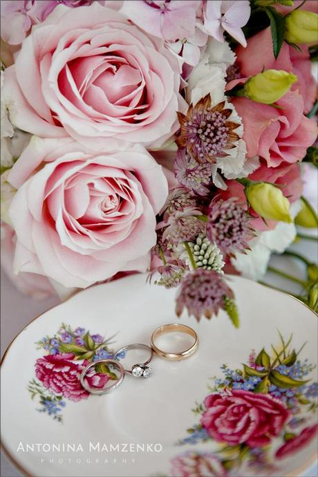 The wedding rings and roses