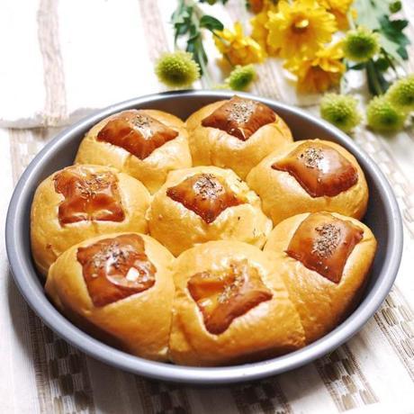 Garlic Cheddar Rolls
