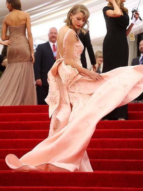 Taylor Swift in Oscar de la Renta gown at 2014 Met Gala
