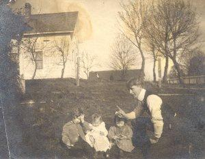 Herman Pauling with his three children in Salem, Oregon, where the family briefly lived.
