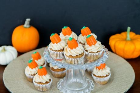 Pumpkin Carrot Cupcakes with Cinnamon Cream Cheese Frosting | recipe from Bakerita.com
