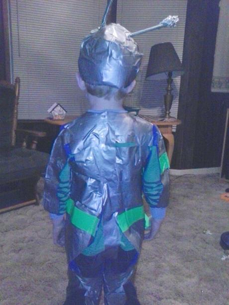 Easy DIY No-Sew Alien Costume   LazyHiippieMama.com