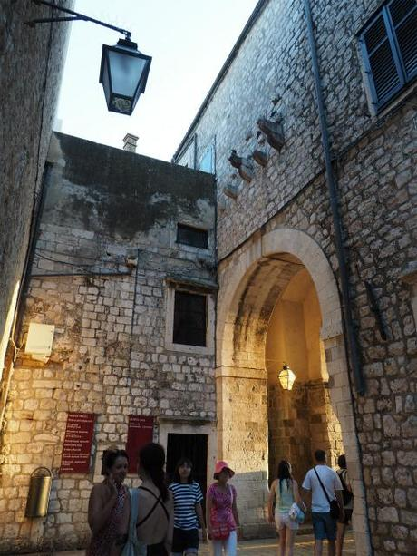 "P8110712 ""世界の宝"" ドゥブログニク,城内の風景 / Dubrovnik, Thesaurum mundi, sight into the castle walls"