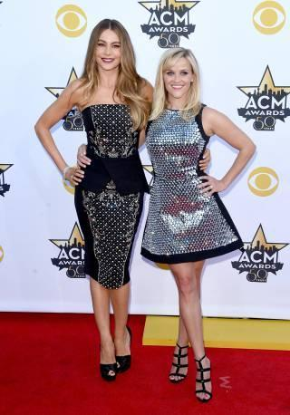 acm-awards-2015-reese-witherspoon-sofia-vergara-red-carpet-getty-orig__iphone_320