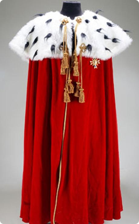 Michael-Jacksons-Golden-Brooch-Royal-Cloak
