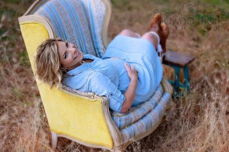 maternity picture in vintage chair