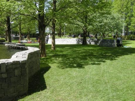 Jubilee Park, Canary Wharf, London - Water feature, lawn and serpentine planter