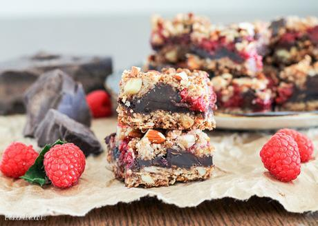 These Raspberry Chocolate Chunk Bars have a crust that doubles as a crumble topping and are loaded with raspberries, dark chocolate, and almonds. This easy recipe is gluten free, refined sugar free, and vegan!