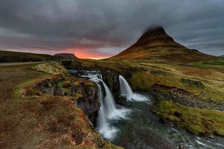 Kirkjufellsfoss-Waterfall-and-Kirkjufell-Mountain