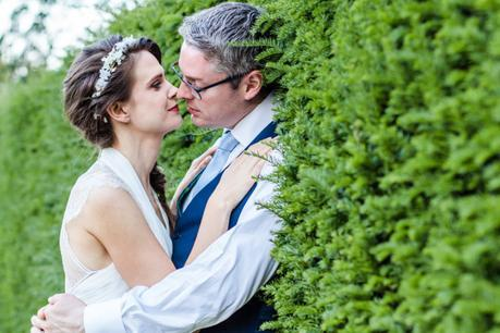 hedge Couple Portrait Kiss at Hall Place