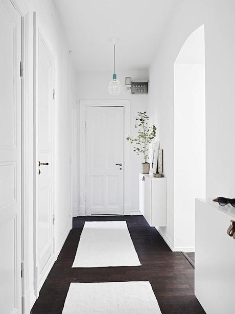 Scandinavian inspired entryway | Photo by Flashbackphoto, styling by Emma Hos via Stadshem