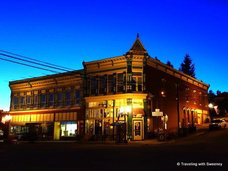 The Broadway Hotel in Philipsburg at night