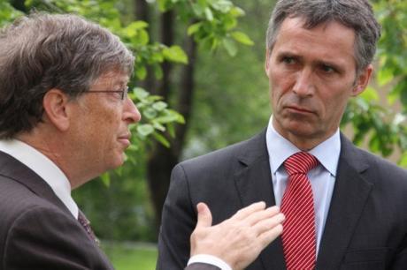 Bill Gates (l) and NATO general secretary Jens