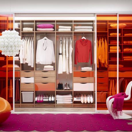 """""""Warme Farben unterstreichen meine Persönlichkeit. Das gilt auch in meinem Zuhause."""" : Dressing room by Elfa Deutschland GmbH"""