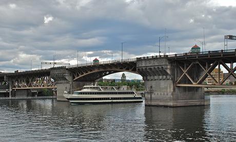 1024px-Burnside_Bridge_(north_side)_with_Portland_Spirit_passing_under