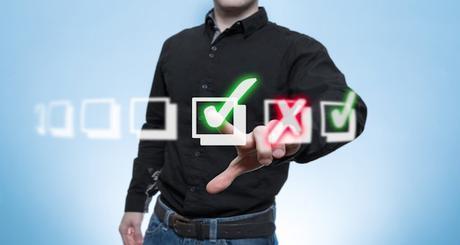 Mann arbeitet eine Virtuelle Check-Liste ab