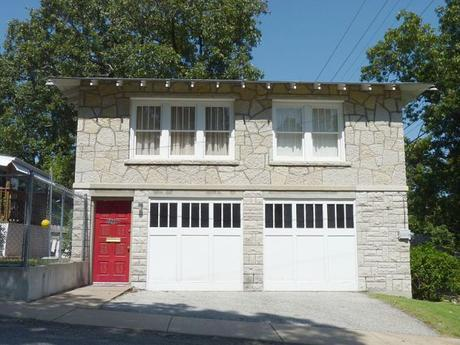 800px-Bonnie_and_Clyde_Garage_Apartment