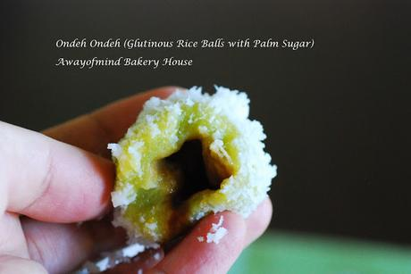 Ondeh Ondeh (Glutinous Rice Balls with Palm Sugar) 红薯耶丝糥米球