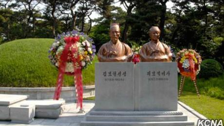 Floral wreaths around the graves of Kim Po Hyon (1871-1955) and Ri Po Ik (1876-1959) in Mangyo'ngdae, Pyongyang, on May 31, 2016 (Photo: KCNA).
