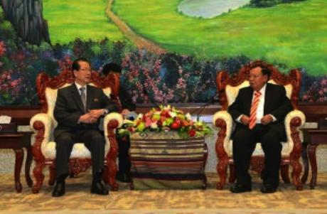 Choe Tae Bok talks with LPRP Secretary General Bounnhang Vorachith in Vientiane on June 7, 2016 (Photo: Rodong Sinmun).
