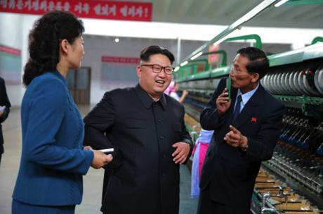 Kim Jong Un talks with managers of the Kim Jong Suk Textile Mill in Pyongyang (Photo: Rodong Sinmun).