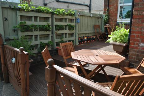 3a._Decking_with_pallet_planters[1]