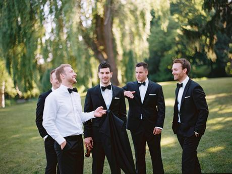 outdoor-wedding-groomsmen
