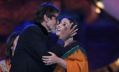Amitabh-Bachchan-Kisses-Vidya-Balan-Photo