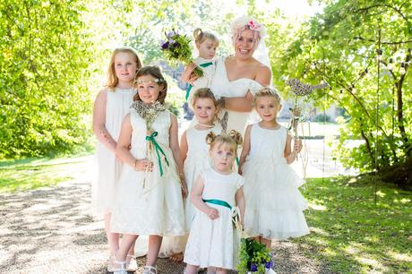 Bride with 6 flower girls wearing white Tips for children at weddings