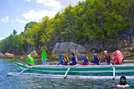 A group of friends riding a bangka at Bojo River in Aloguinsan Cebu | Blushing Geek