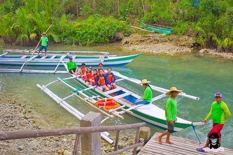 The whole gang riding a bangka at Bojo River in Aloguinsan Cebu | Blushing Geek
