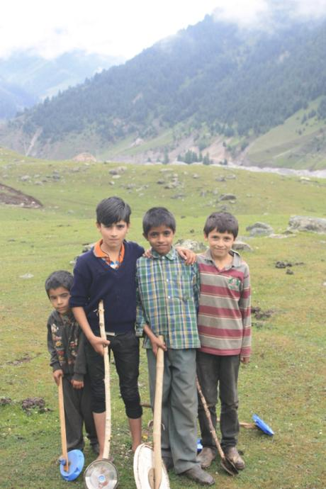 DAILY PHOTO: Wheel-on-a-Stick Kids, Kashmir
