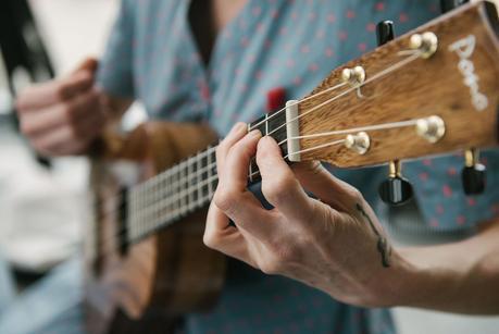 women playing the guitar