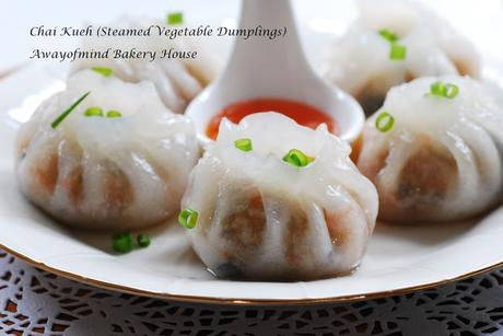 Chai Kueh (Steamed Vegetable Dumplings) 菜粿