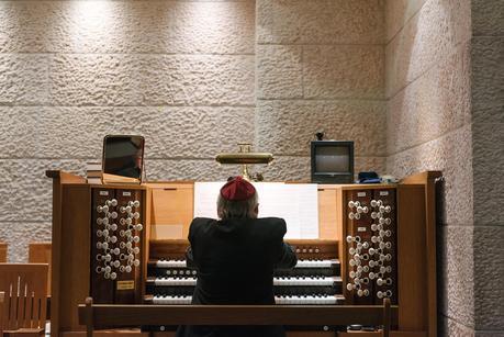 man playing organ in jewish ceremony