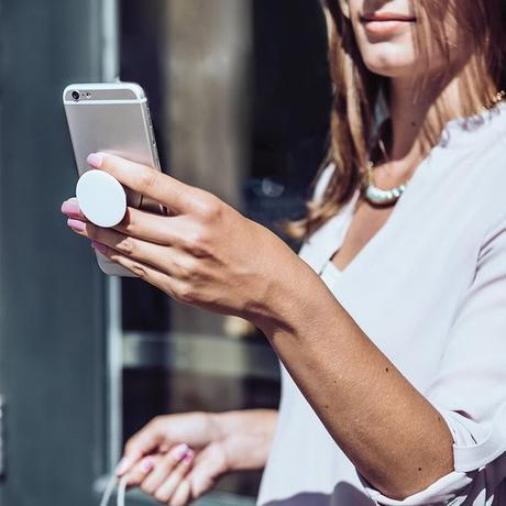 using a popsocket to hold smartphone securely. Details at une femme d'un certain age.