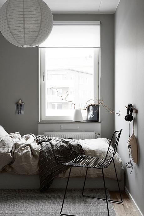 Bedroom with gray walls via Hitta Hem
