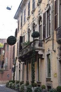 Ma guarda cosa si trova nelle vetrine di Milano! Look what you can find in the windows shops in Milan