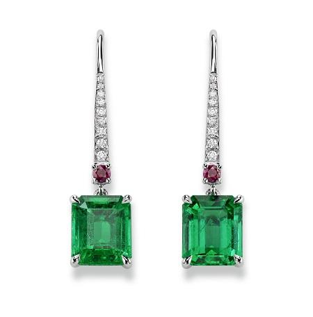 Gubelin Ancient Path white Gold_Drop Earrings Emeralds Origin: Colombia Drop arrings in white gold with two step-cut emeralds from Colombia, 1.94 ct and 1.76 ct, and 18 brilliant-cut diamonds totalling 0.08 ct.