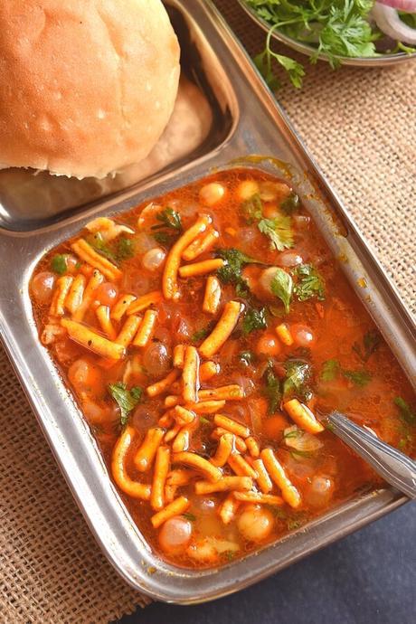 Vatana Usal (Spicy Peas Curry)