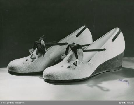 Shoes in textile, decorative tape, low wedge heel.1941