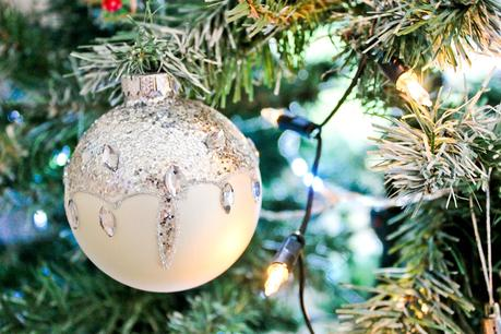 christmas home decor tour, white snow baubles