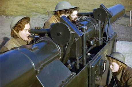 ATS-girls-operating-a-height-and-range-finder