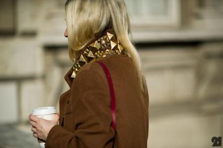 Đầm, tay áo và cổ áo đinh tán