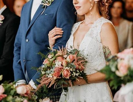 wedding ceremony couple bouquet