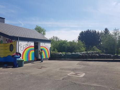 Résidence d'artiste à l'Ecole Communale d'Eprave à Rochefort. Peinture des murs de la cour de récréation par Ben Heine pour et avec les élèves... Work in progress!
