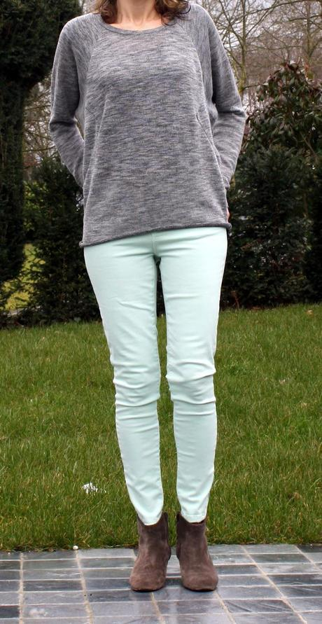 The grey sweatshirt and pastel jeans