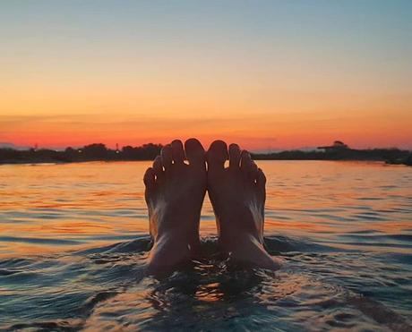 Travel to an unknown destination 😁 En route vers une destination inconnue 😁 #sunset #benheinephotography #feet #foot #coucherdesoleil #sea #seaside #mer #spain #sky #ciel #holidays #vacances #colorful #nature #beauty #pieds #water #travel #destination ...