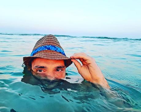 The horizon looks fresh and interesting from a different perspective 😚😃🤠 . . #sunset #benheinephotography #hat #chapeay #fernandopessoa #benheine #sea #seaside #mer #portugal #pessoa #holidays #vacances #colorful #nature #waves #vagues #water #travel #...