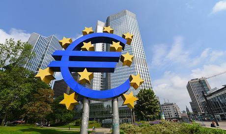 EZB, Europäische Zentralbank, European Central Bank, ECB, Euroskulptur, Skulptur, Währung, EUR, Eurotower, Europa, Wechselkurs, Geld, Geldpolitik, Konjunktur, Zins, Zinsen, Zentralbank, Liquidität, Stabilität, Preispolitik, Kredit, Kreditaufnahme, Bank, Notenbank, Geldmenge, Kreditinstitut, Inflationsrate, Deflation, expansiv, restriktiv, Finanzkrise, Krise, Not, Umlauf, Geldumlauf, Geldmarktpolitik, Ökonomie, Wirtschaft, Münze, Nationalökonomie, Währungspolitik, Belastung, Knappheit, Ressourcen, Fiskus, Fiskalpolitik, Inflation, Depression, Wirtschaft, Währungsbehörde, Draghi, Geldpolitik, Volkswirtschaft, Fisheye, Kaiserstraße, Hessen, Frankfurt am Main, April 2014, Bild Nr.: N46409